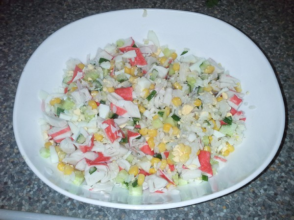 Салат с крабовыми палочками и огурцом и кукурузой и рисом рецепт с