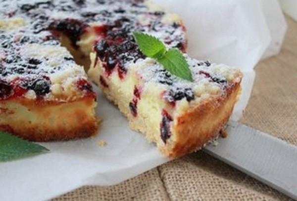 Пирожки с черной смородиной в духовке