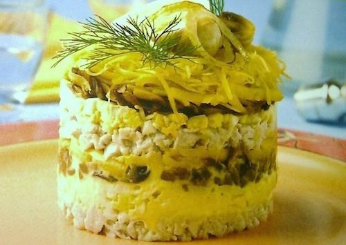 Салат с ананасом грибами и курицей и сыром слоями с